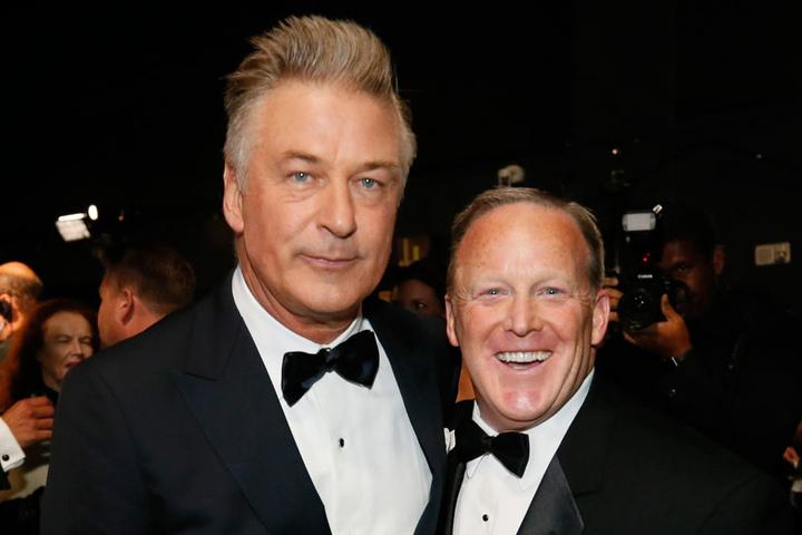 Hier strahlt er mit Alec Baldwin (59)  in die Kameras: Aber hat sich Donald Trumps (71) Ex-Pressesprecher Sean Spicer (45) etwa zuvor auf dem roten Teppich übergeben?