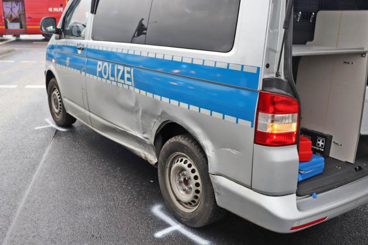 Der beschädigte VW Bulli musste abgeschleppt werden.
