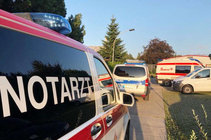 Notarzt, Rettungdienst und Polizei sind zur Obdachlosenunterkunft in Rostock gekommen.