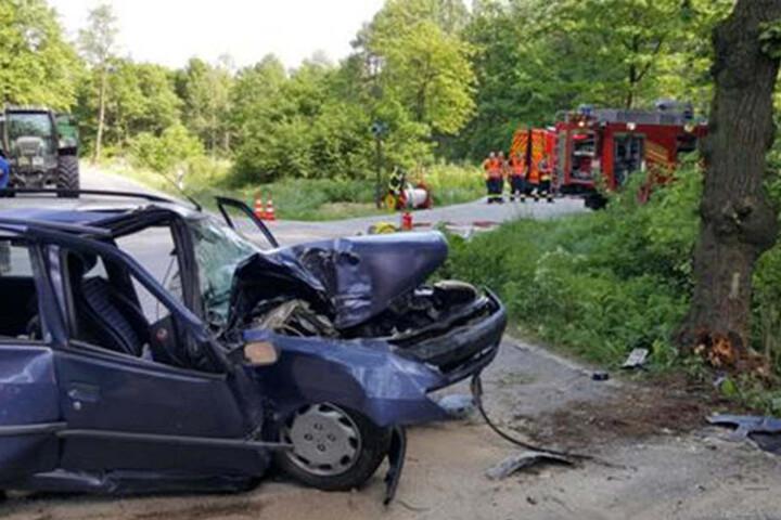 Bei dem Unfall wurde der Fahrer schwer verletzt und musste ins Krankenhaus.