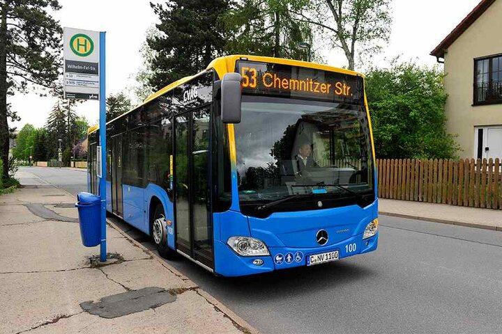 """Mehr als ein Jahr lang wurde die Bushaltestelle Wilhelm-Firl-Straße in Markersdorf nicht mehr angefahren. Jetzt hält die """"53"""" wieder hier."""