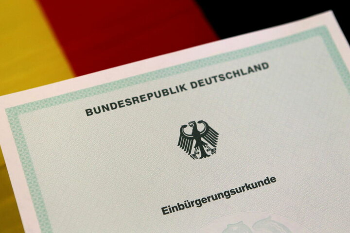 Bisher können Zuwanderer im Regelfall erst nach acht Jahren Aufenthalt in Deutschland eingebürgert werden.