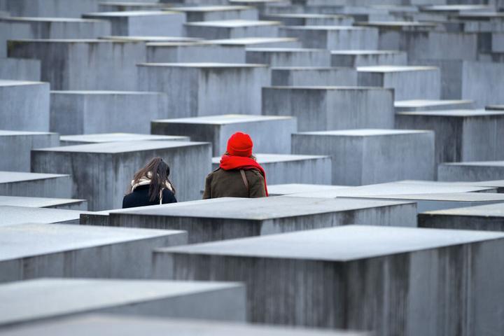 Besucher des Holocaust-Mahnmals in Berlin.
