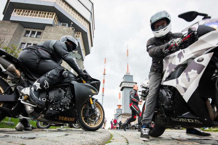 Zwei Motorradfahrer stehen im Juni 2019 mit ihren Maschinen auf dem Feldberg-Plateau.