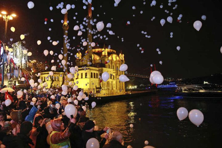 Auch wenn der Tag vom Anschlag in einem Nachtclub überschattet wurde, feierten viele Menschen in Istanbul das neue Jahr mit weißen Ballons.