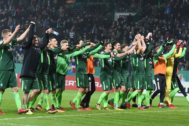 Weserstadion in Bremen. Werder Spieler feiern nach dem Abpfiff ihren Sieg