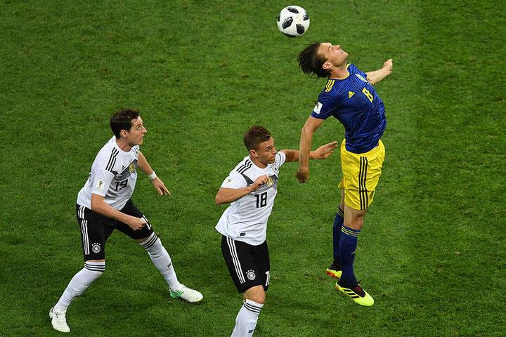 Schwedens Albin Ekdal (r.) gewinnt das Kopfballduell gegen den kleinen DFB-Rechtsverteidiger Joshua Kimmich (M.). Sebastian Rudy (l.) schaut staunend zu.