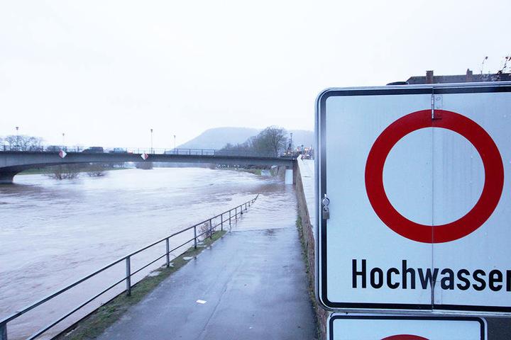 Wegen des Hochwasser der Weser wurde die Weserbrücke bei Lüchtringen gesperrt.