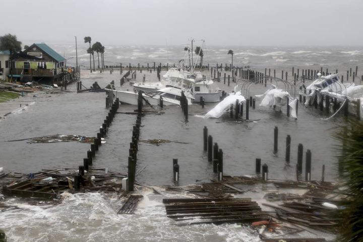 Beschädigte Boote und Trümmer liegen im Yachthafen von Port St. Joe