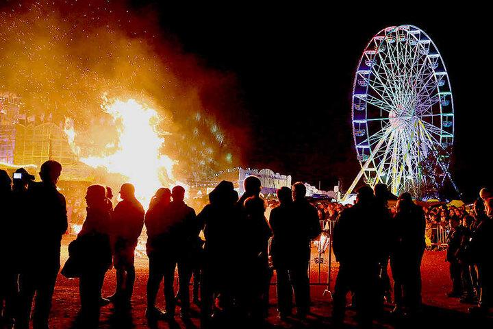 Feuer unterm Riesenrad - dieses Spektakel bieten die Schausteller am  Hartmannplatz.