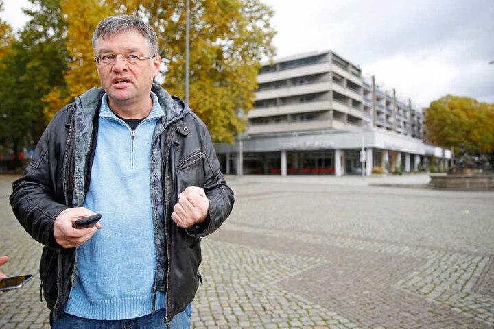 FDP-Chef Holger Zastrow (47) kritisiert die Radweg-Pläne der Stadt.