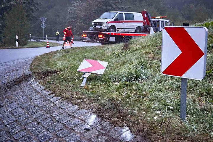 Bei seiner Irrfahrt durch den Kreisverkehr hatte der Mercedes-Fahrer mehrere Straßenschilder mitgerissen.