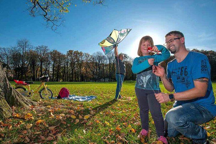 Drachensteigen im Küchwald: Rocco (39), Annett (34) und Amelie Müller (5)  genießen das Wetter.