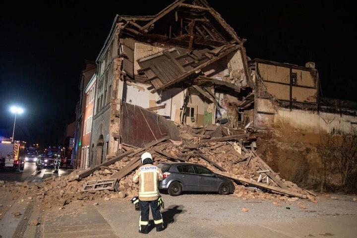 Ein neben dem Haus parkendes Auto wurde teilweise von den Trümmern begraben.