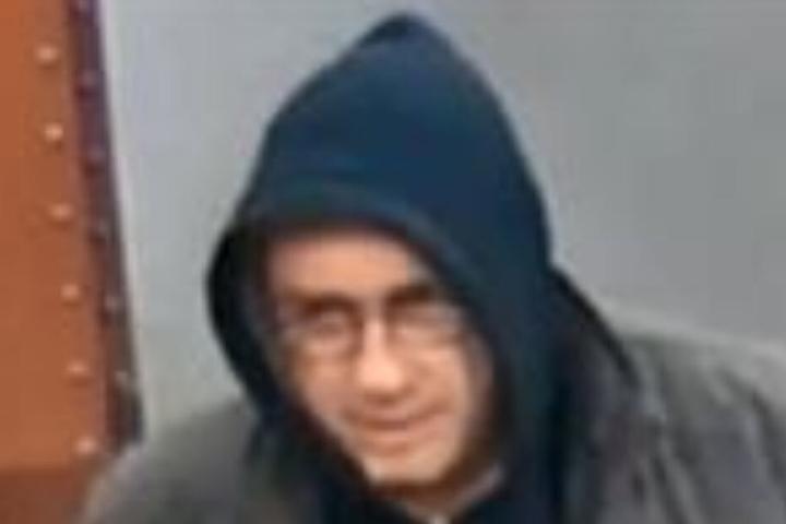 Das Gesicht des mutmaßlichen Täters in Vergrößerung. Unter der Kapuze soll er eine Halbglatze mit Haarkranz tragen.