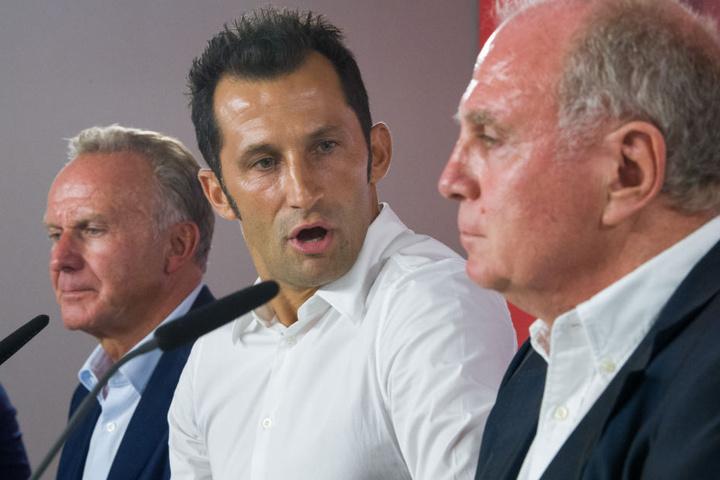 Hasan Salihamidzic (M.) fungiert beim FC Bayern München als Sportdirektor. (Archivbild)