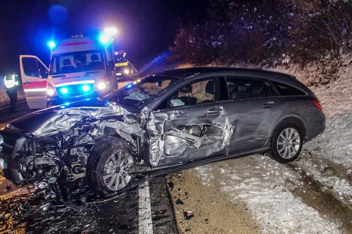 Die Insassen dieses Mercedes wurden bei dem Unfall leicht verletzt.