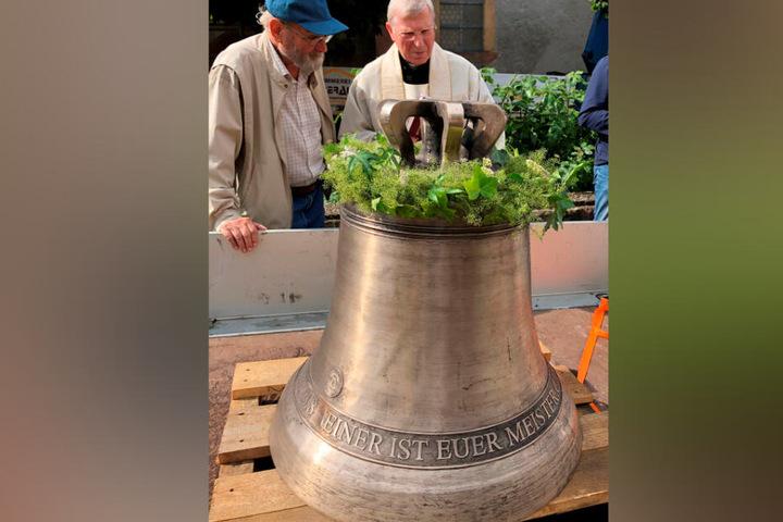 """Der Vorsitzende des Heimatvereins St. Wendelinus, Wilfried Schweikart (Li.), und Pfarrer Johannes Klaka weihten im Sommer die neue Kirchenglocke ein, die die """"Hitler-Glocke"""" ersetzte."""
