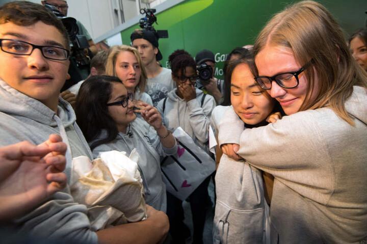 Mitschüler und Freunde hatten wochenlang für ihre Rückkehr gekämpft. Am Flughafen Düsseldorf warteten sie sehnsüchtig auf Bivsi.