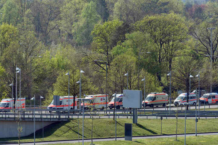 Krankentransportfahrzeuge fahren zu einem Hangar auf dem militärischen Teil des Flughafens Köln-Bonn, nachdem dort ein MedEvac-Flugzeug der Luftwaffe mit Verletzten des Busunglücks auf Madeira gelandet war.