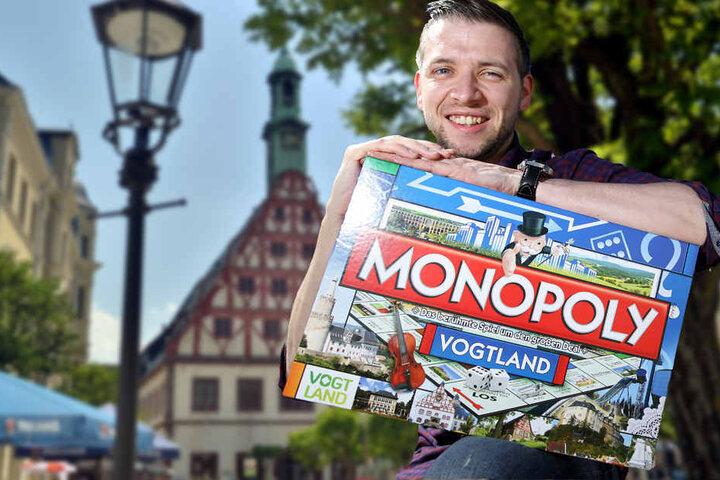 Initiator Florian Freitag mit der Monopoly-Ausgabe für das Vogtland.