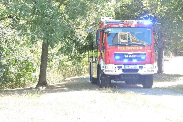 Die Feuerwehr Grimma ist mit zwei Löschfahrzeugen vor Ort.