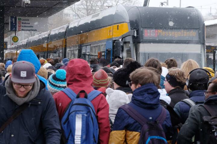 Nicht nur im Winter herrscht großes Gedränke an Bus- und Bahnhaltestellen.