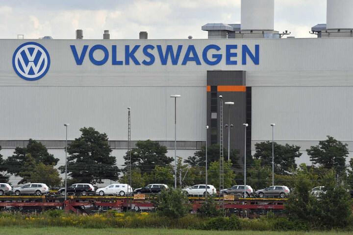 Bei VW in Zwickau gibt es Lieferengpässe bei Motorenteilen, die Produktion ruht derzeit auf einer Fertigungslinie.