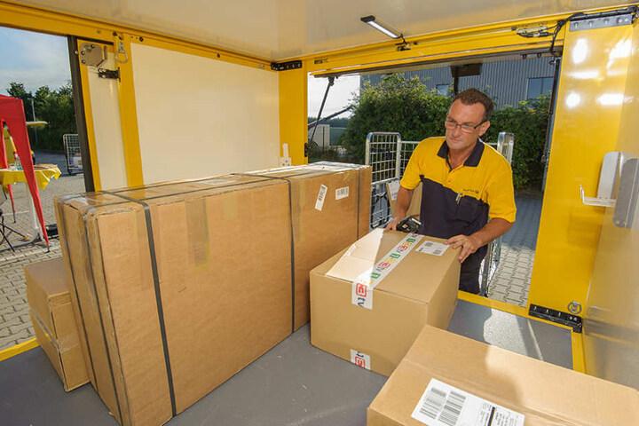 """Paket-Zusteller Robert Biedenkapp (51) freut sich über den Platz: Bis zu 650  Kilogramm kann der """"StreetScooter"""" laden."""