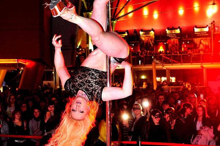 Sabine Herrmann (39) heizte zum Film-Vorspiel den Kinogästen mit ihrer Poledance-Show ein.
