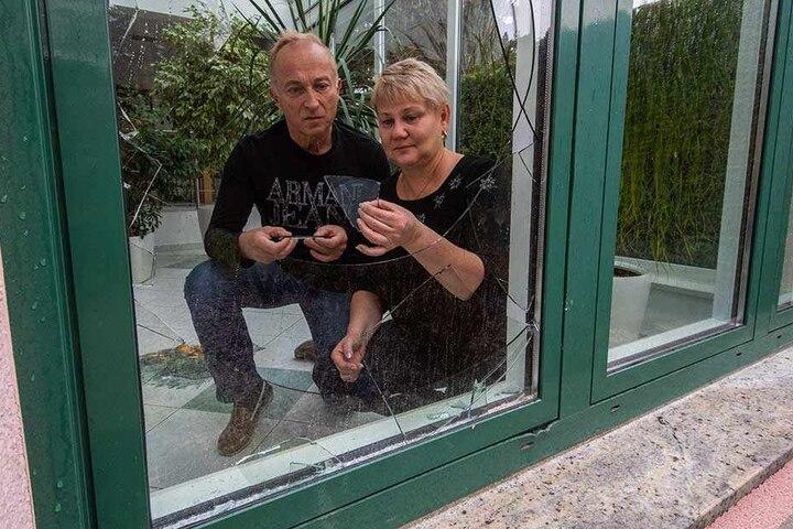 Das Ehepaar Schleußing ist entsetzt: Ein Einbrecher versuchte, mit roher Gewalt in ihr Wohnhaus einzusteigen. Die Alarmanlage vertrieb den Täter.