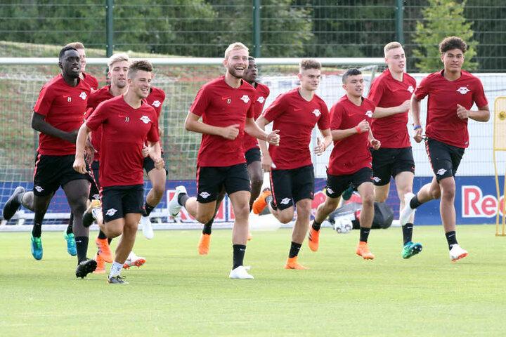 Mit insgesamt sieben Spielern aus der Jugend trainierten die RB-Spieler am Montag erstmals gemeinsam am Cottaweg.