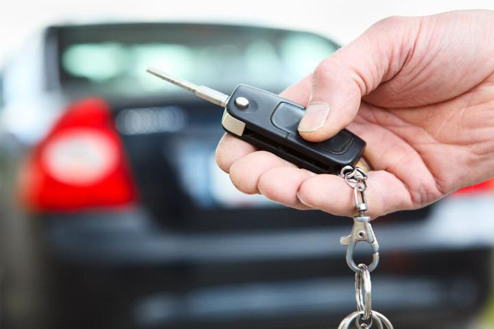 Mit dem Schlüssel in der Hand lässt sich das eigene Auto schneller finden. (Symbolbild)