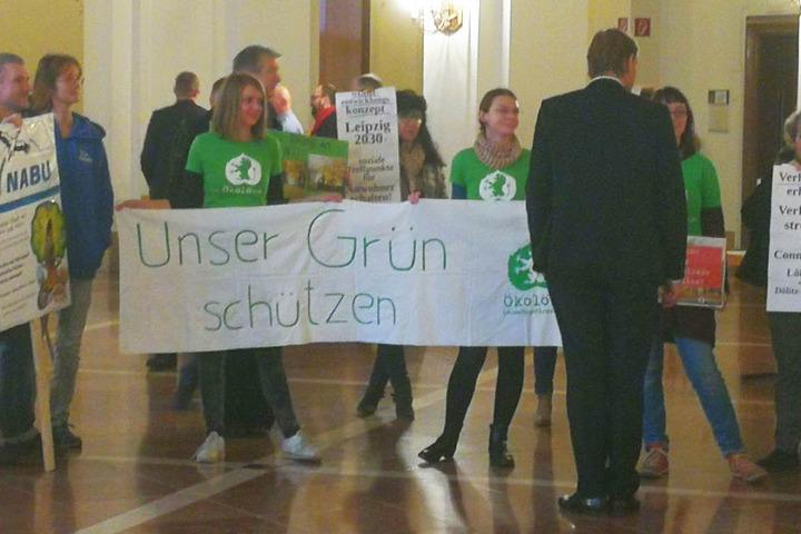 Rund 30 bis 40 Leipzigerinnen und Leipziger versammelten sich vor der Lobby Stadtrat-Sitzungssaales im Neuen Rathaus, um den Protagonisten ihren Standpunkt zu Themen wie Kitaneubau, Kohleausstieg und Klimawandel mitzuteilen.
