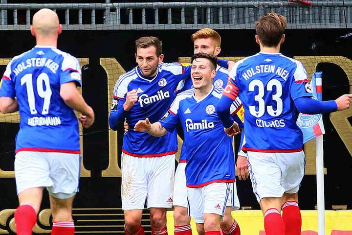 Auf ihn sollten die Chemnitzer heute besonders aufpassen: Steven Lewerenz  (M.) erzielte beim 5:2-Sieg der Kieler Ende Januar drei Tore.