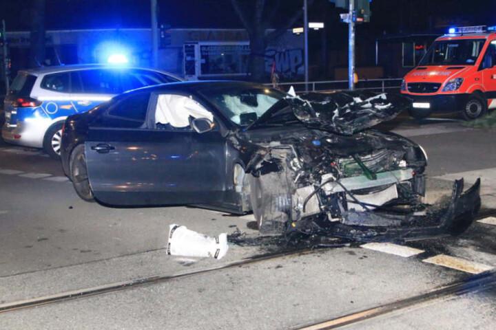 Den völlig zerstörten Audi RS5 ließen die Täter nach dem Crash einfach zurück.