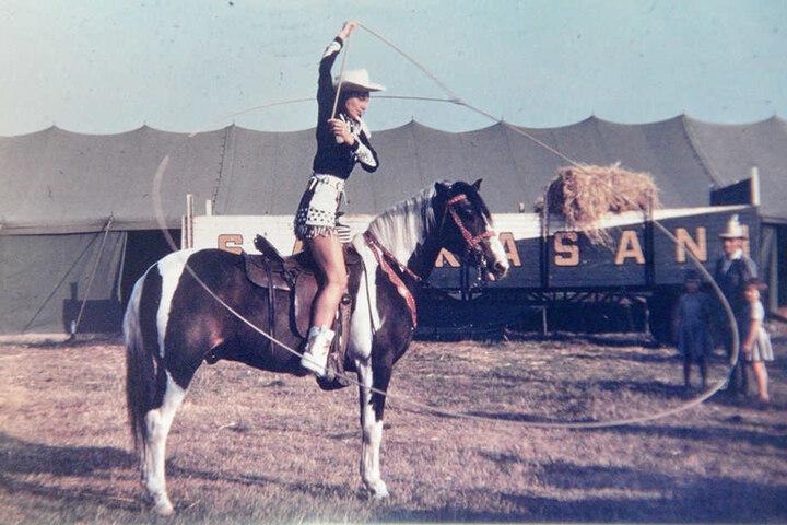 In Hochform und hoch zu Pferd: Ingrid Stosch-Sarrasani lässt das Lasso kreisen.
