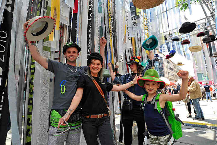Haben Spaß beim Hut-Anprobieren: René Tiedemann (34, l.), Olicia Pfeil (29, 2v.l.) und Ben (9).