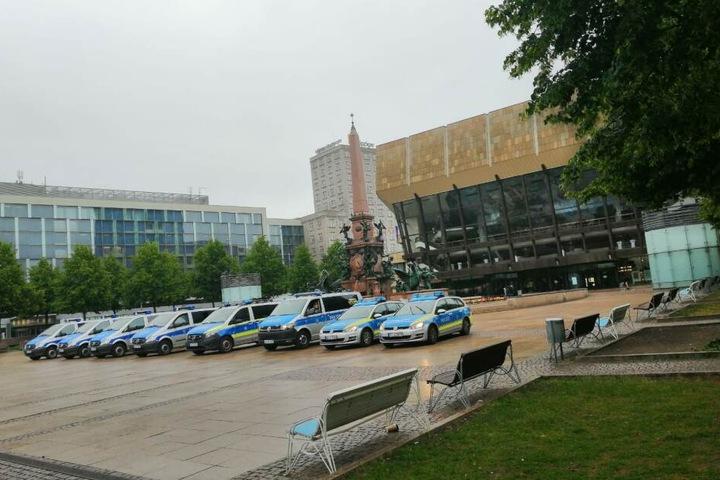 Vor dem Gewandhaus platzierten sich Einsatzkräfte der Polizei.