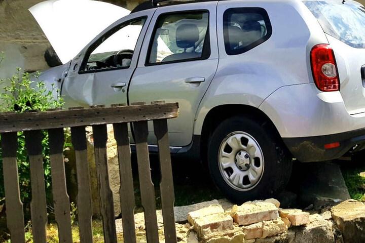 Der Dacia durchbrach einen Zaun.