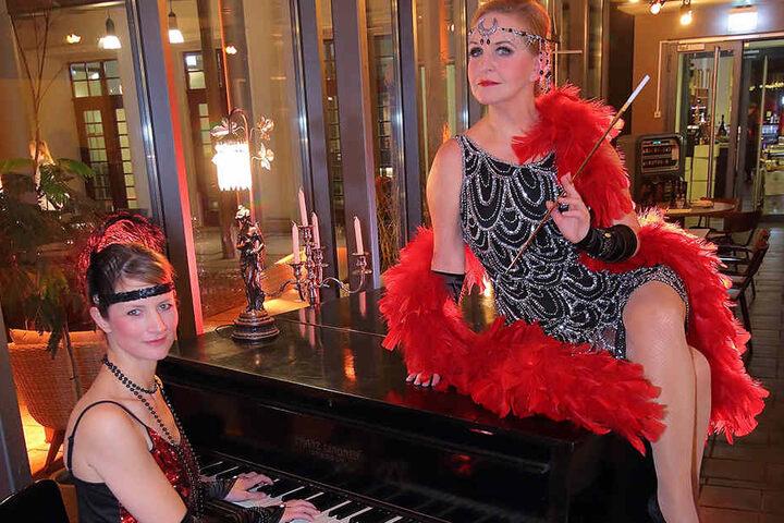Sängerin Cornelia Drese (r.) und Pianistin Ilka Kraske swingen mit den Gästen  in die Goldenen Zwanziger.