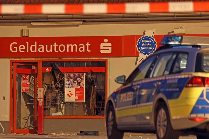 Unbekannten sprengten in der Nacht einen Bankraum in Hohenstein-Ernstthal.