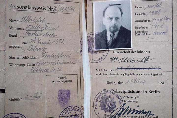 Behelfsmäßiger Personalausweis mit Fingerabdruck von Walter Ulbricht.
