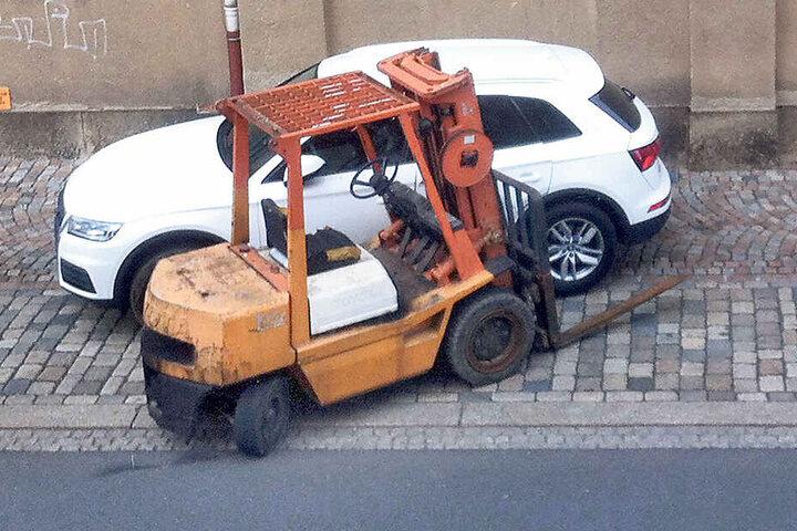 Volltreffer! Der Dieb bohrte den geklauten Gabelstapler in einen nagelneuen Audi Q5.