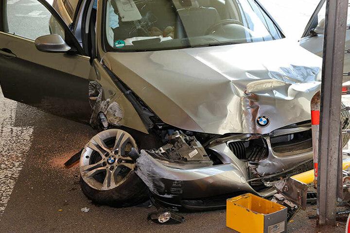 Die Feuerwehr musste den verletzten Fahrer aus dem BMW befreien.