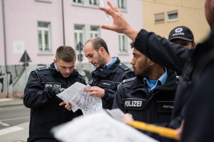 Die Polizei versucht auch die letzten aus ihren Wohnungen zu bekommen.