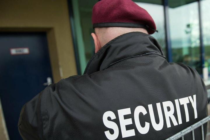 Zuletzt bewachte ein privater Sicherheitsdienst das Rathaus in Steinhagen. (Symbolbild)