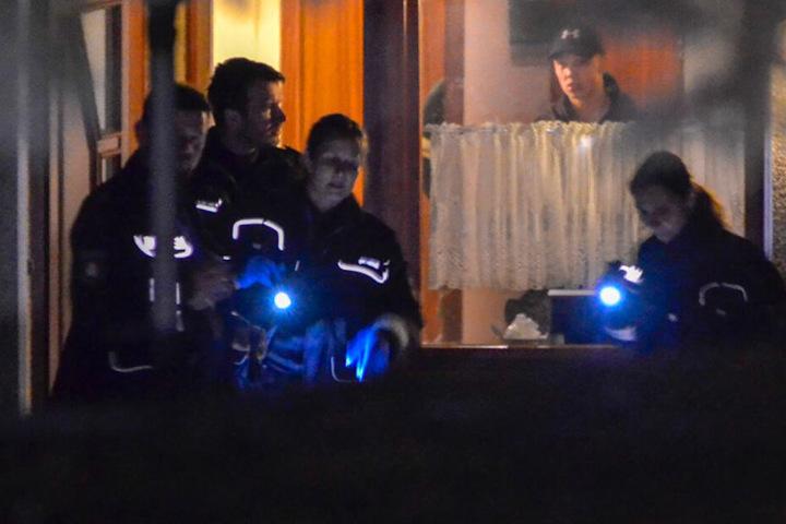 Die Polizei sucht rund um das Gebäude nach Beweismitteln.