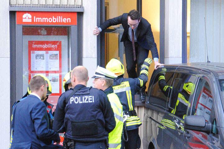 Mitarbeiter der Sparkasse wurden über ein Fenster evakuiert.
