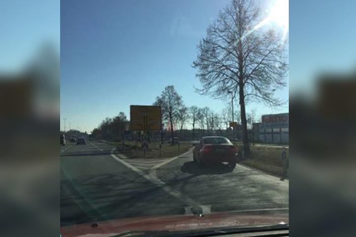 Das Schild steht direkt an der A2-Abfahrt in Senne. Kurz dahinter ist der McDonald's in Bielefeld (© Dennis Jeske).